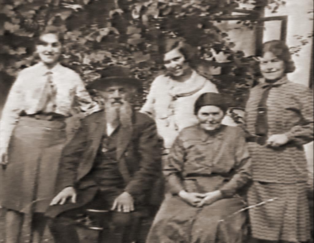 סבא וסבתא, אימו ואחיותיה