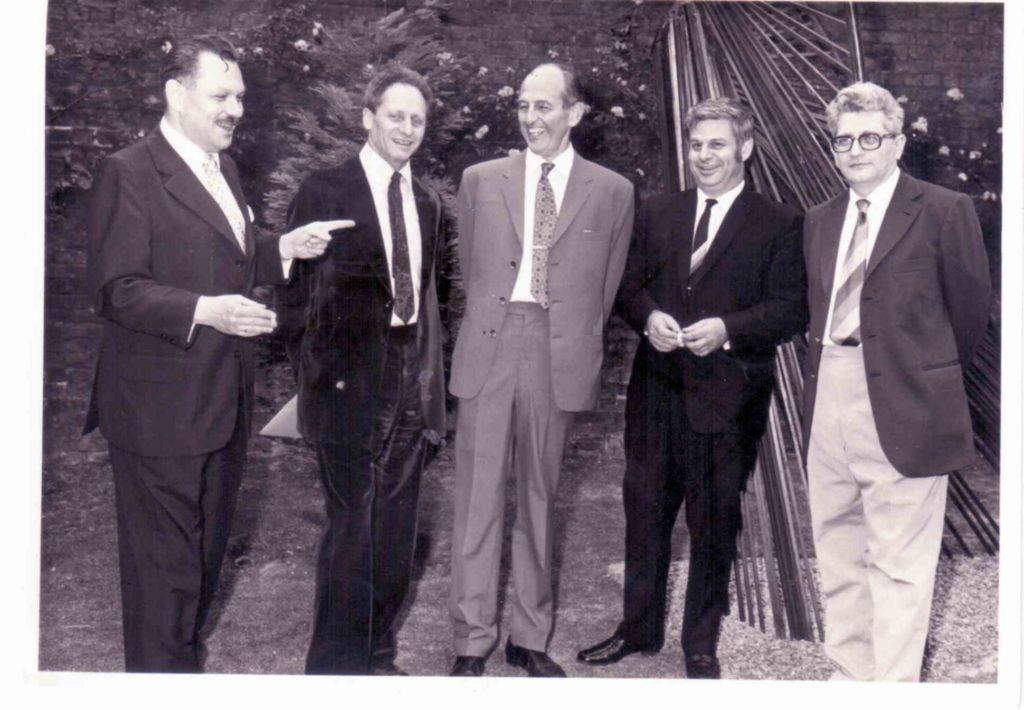 אהרון עם צוות שגרירות לונדון 1969
