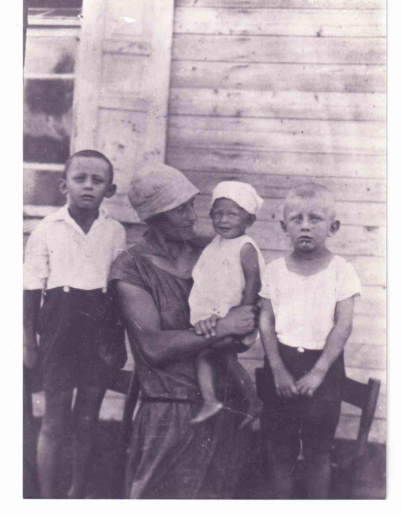 בן 7 עם אחיו מתי אחותו ואמו 1927