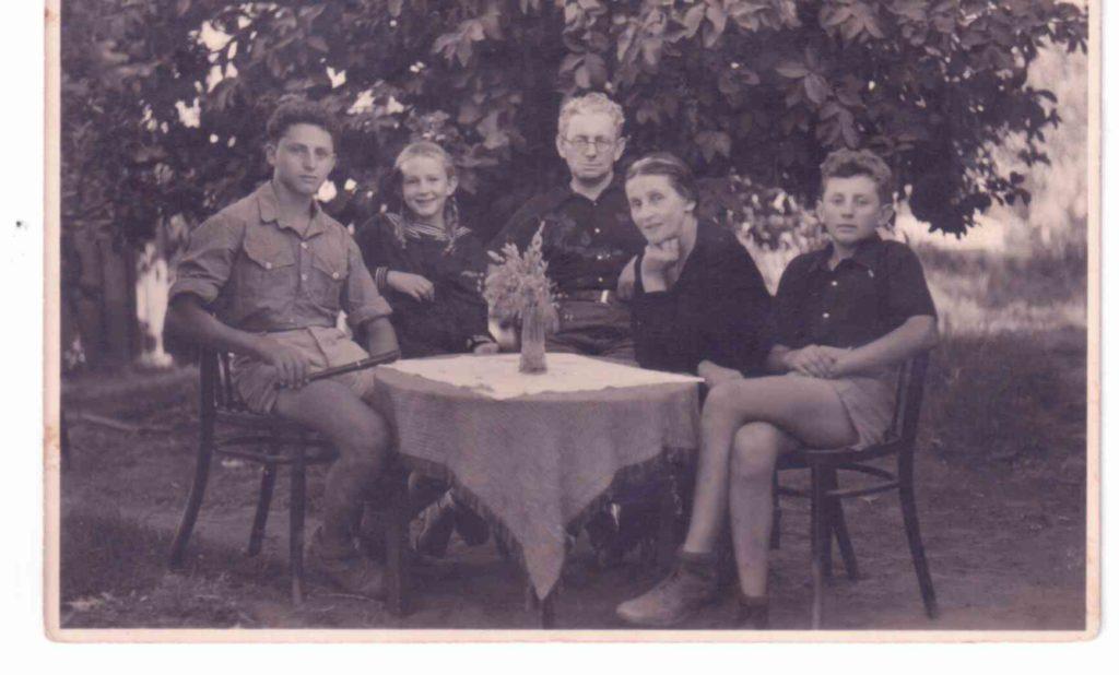 משפחת מגד ביום היציאה להכשרה 1938